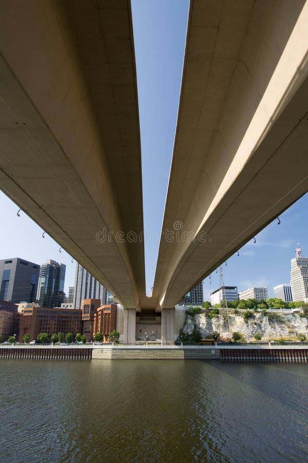从在Wabasha街自由桥梁,圣保罗,明尼苏达下的圣保罗地平线 库存图片