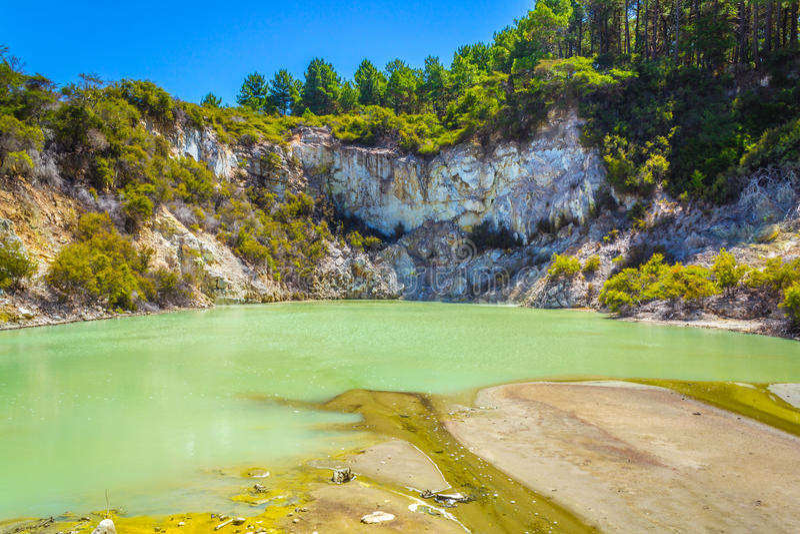 在Wai-O-Tapu或神圣的水的Geothermap水池 免版税库存图片