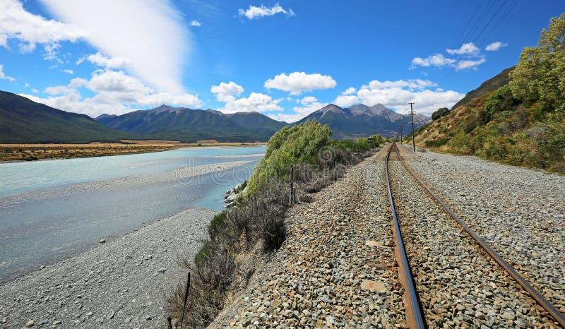 在Waimakariri谷的铁路轨道 库存图片