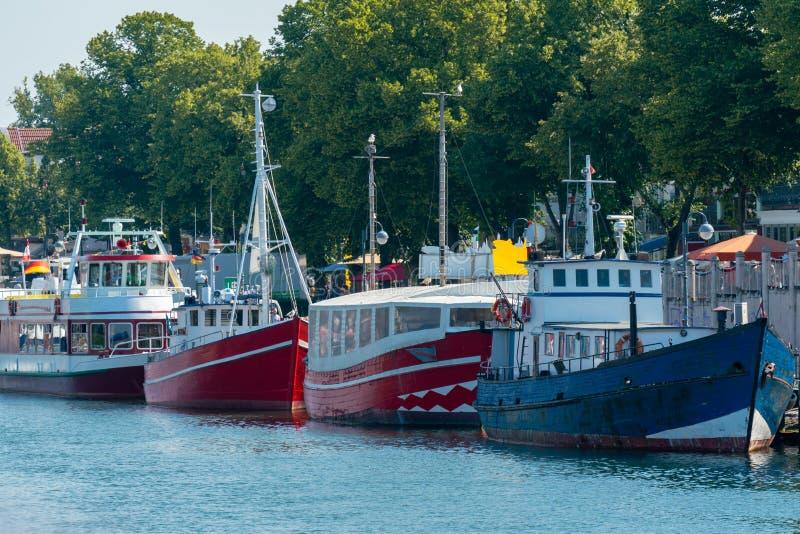 在Warnemuende港口的五颜六色的马达船 库存图片