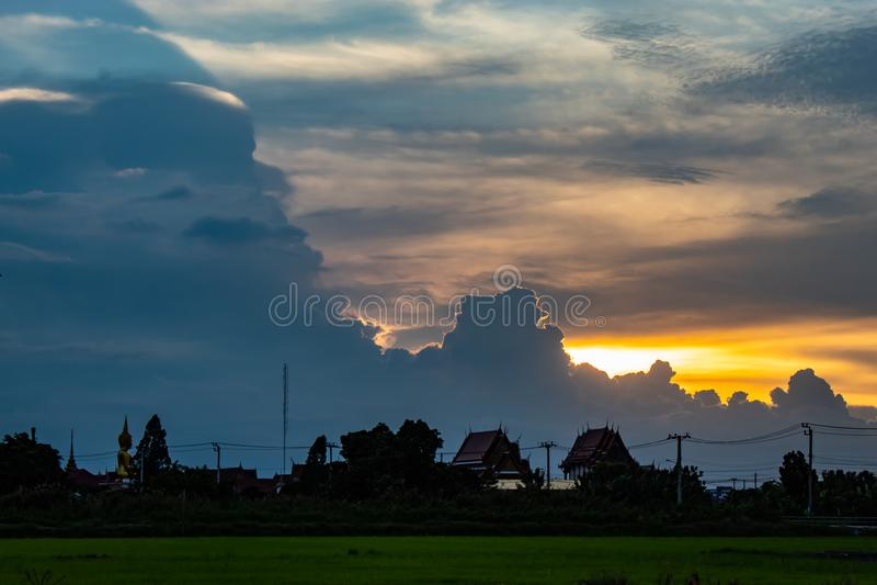 在Wat小伙子Pha Dook,寺庙后的日落在Nonthaburi 免版税库存图片