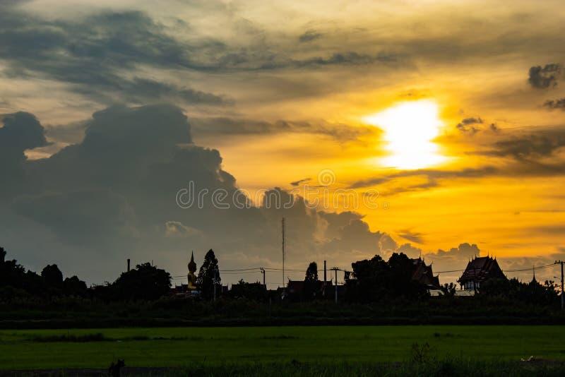 在Wat小伙子Pha Dook,寺庙后的日落在Nonthaburi 免版税图库摄影