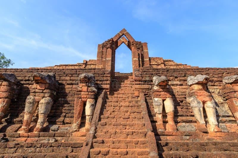在Wat张Rob寺庙的古老门在甘烹碧府历史公园,联合国科教文组织世界遗产名录站点 库存图片