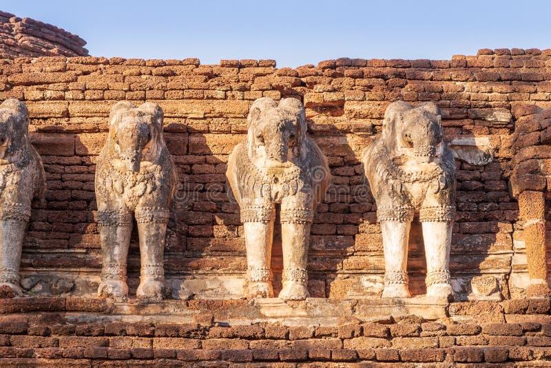 在Wat张Rob寺庙的大象雕塑在甘烹碧府历史公园,联合国科教文组织世界遗产名录站点 免版税库存图片