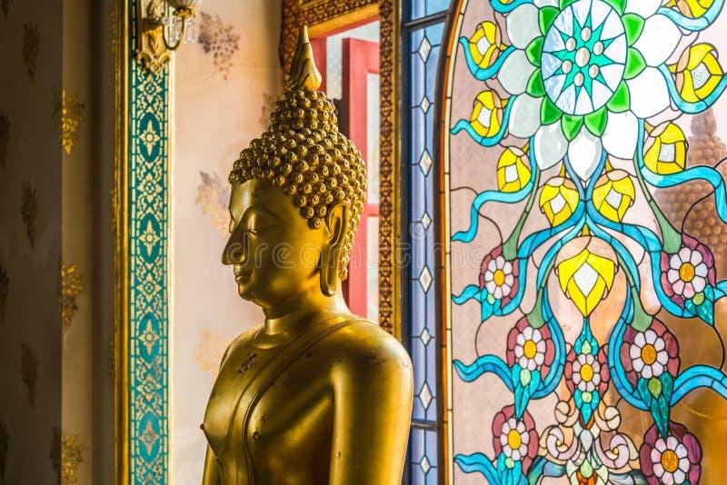 在Wat特性Sai寺庙, Prachuap Khiri Khan泰国的金黄古铜色坐的菩萨雕象 库存照片