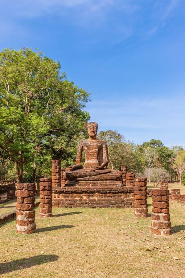 在Wat的坐的菩萨雕象在甘烹碧府历史公园,联合国科教文组织世界遗产名录站点唱寺庙 免版税库存照片