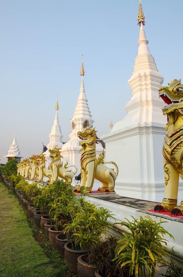 在Wat禁令小室chiangmai省泰国圣所的狮子雕象 库存照片