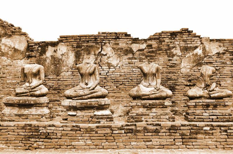 在Wat Chaiwatthanaram的残破的古老菩萨雕象废墟在历史名城阿尤特拉利夫雷斯,葡萄酒乌贼属颜色的泰国 免版税库存图片