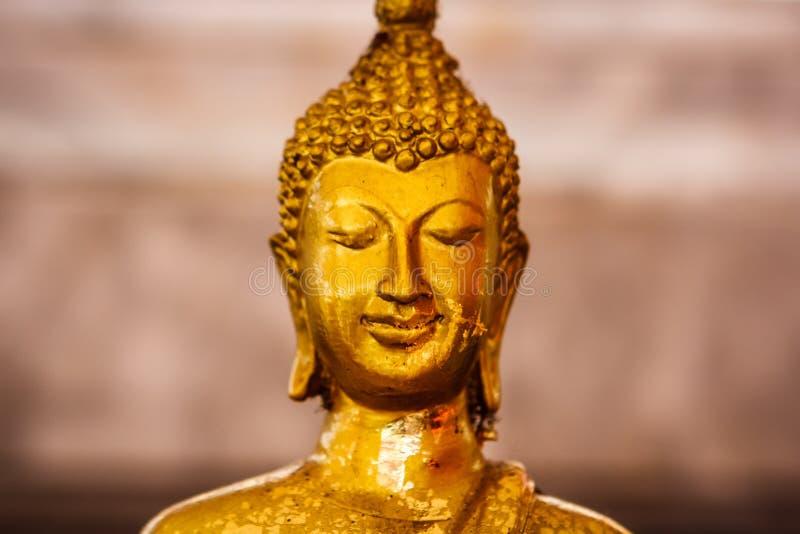 在Wat Intharawihan寺庙,曼谷,泰国的金黄菩萨雕象 免版税库存图片