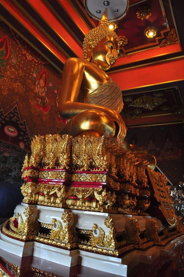 在Wat Khun Inthapramun,泰国的金黄菩萨雕象 库存图片
