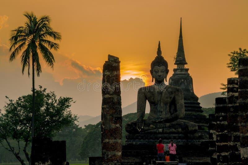 在Wat Mahatat的日落 库存照片