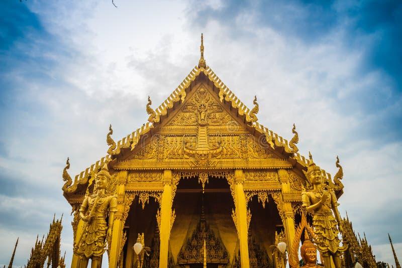 在wat paknam霍洛岛的美丽和惊人的金黄佛教寺庙. 装饰品, 旅游业.