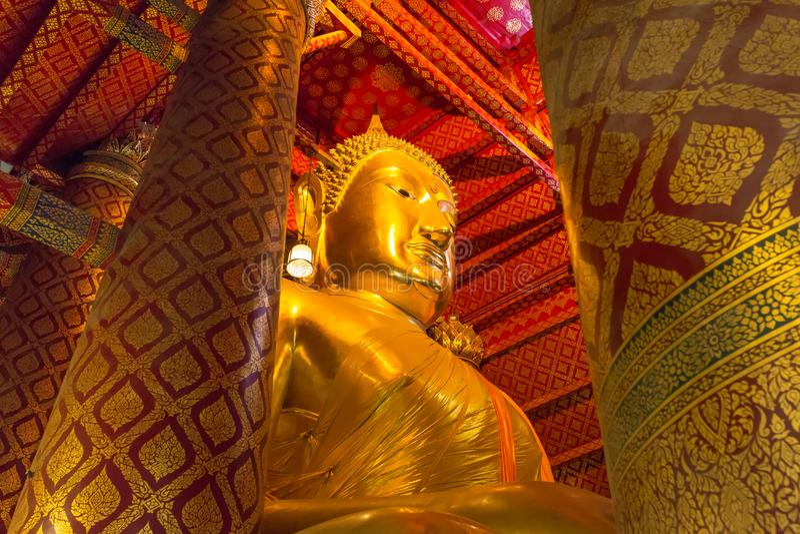 在Wat Phanan Choeng寺庙的大菩萨雕象在阿尤特拉利夫雷斯历史公园 图库摄影