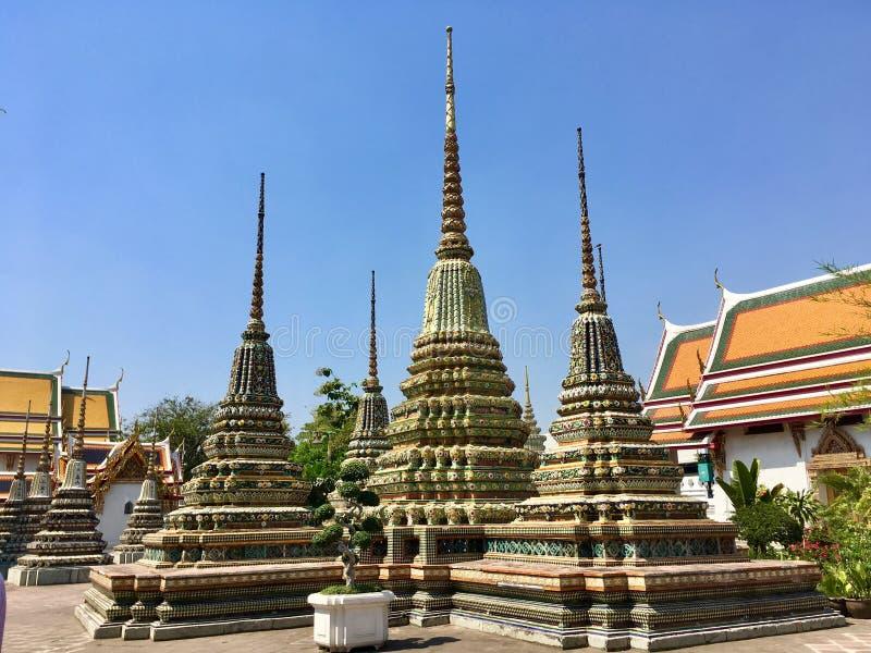 在Wat Pho寺庙的古老塔装饰在曼谷,泰国 免版税图库摄影