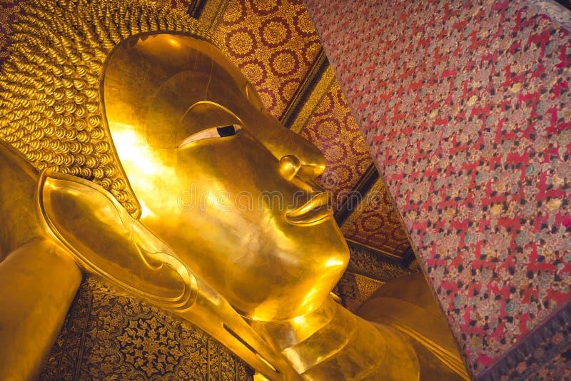 在Wat Pho寺庙的大金黄菩萨头在曼谷,泰国 库存图片