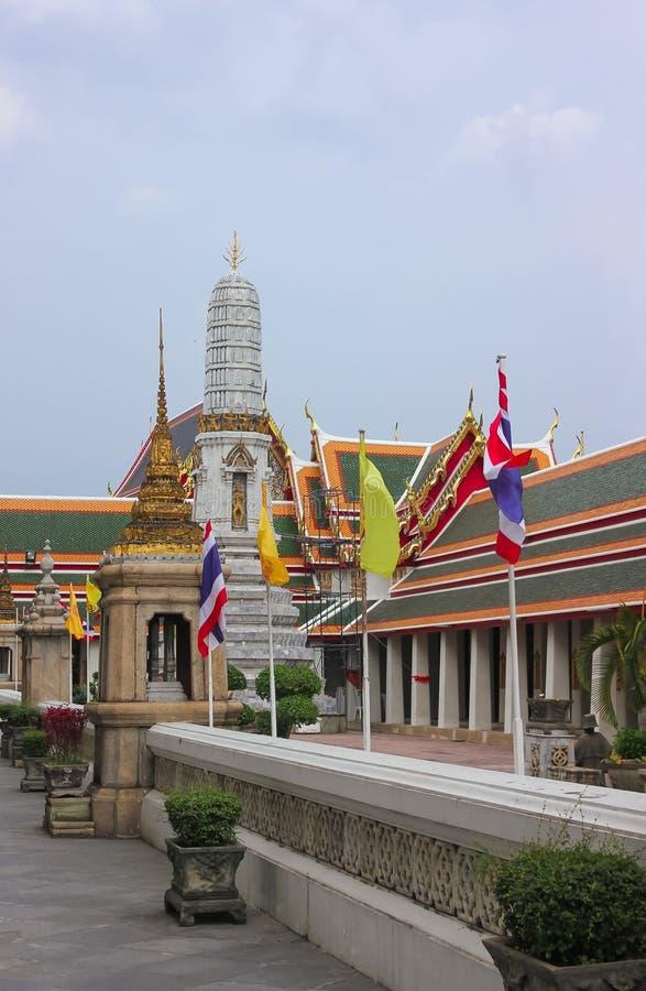 在Wat Pho,斜倚的金黄菩萨的寺庙,曼谷,泰国的大厦 免版税库存图片