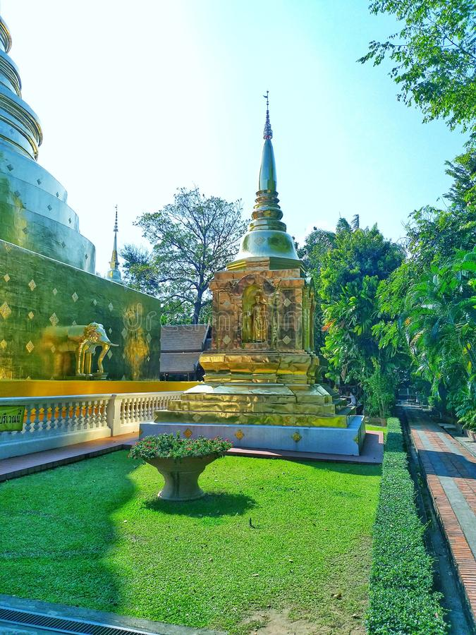 在Wat Phra辛哈泰国内的草坪 免版税库存图片