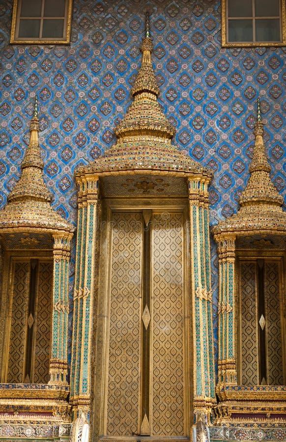 在Wat Phra Kaew,绿宝石的寺庙的金黄门 库存照片