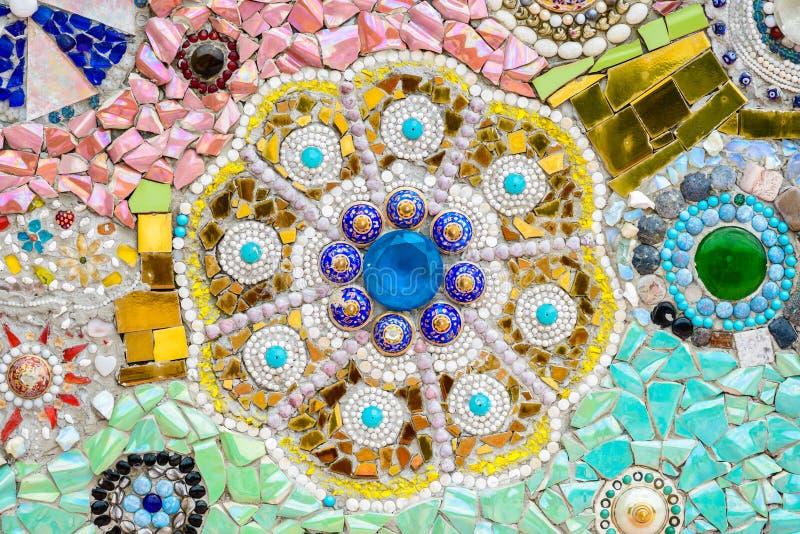 在wat phra t的五颜六色的陶瓷和彩色玻璃墙壁背景 免版税库存图片