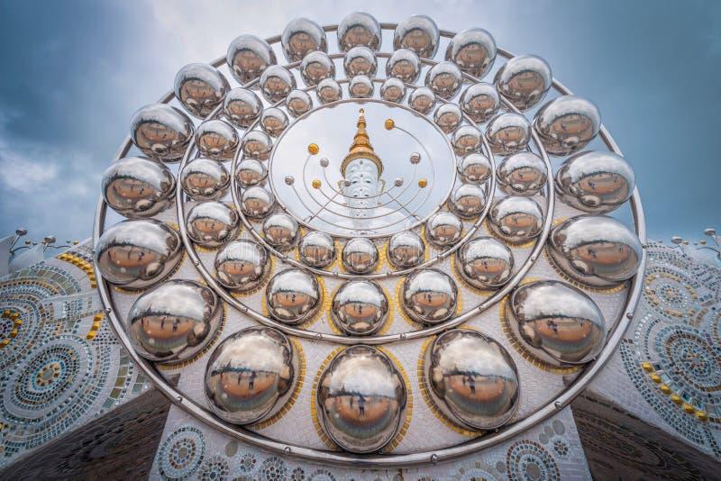 在Wat Prathat Phasornkaew, Khao Kho,酸碱度的白色大菩萨雕象 库存照片