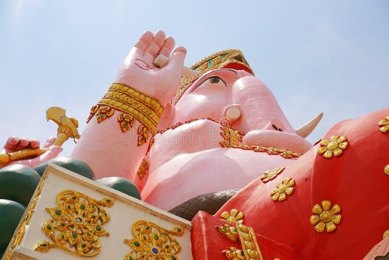 在wat Prongarkat的大桃红色ganesh雕象在Chachoengsao泰国 免版税库存图片