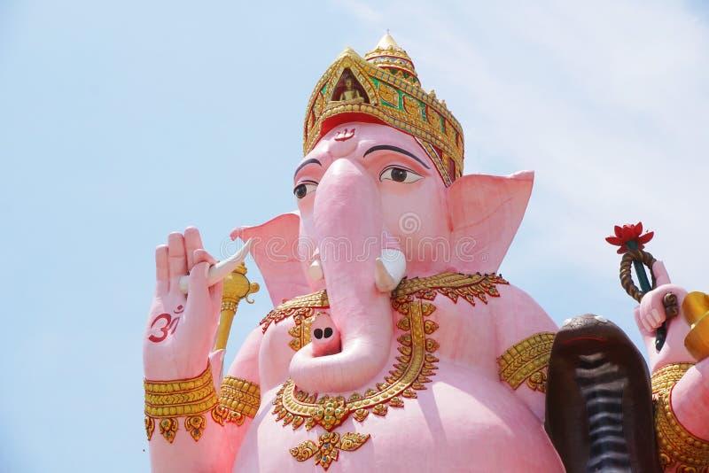 在wat Prongarkat的大桃红色ganesh雕象在Chachoengsao泰国 库存照片