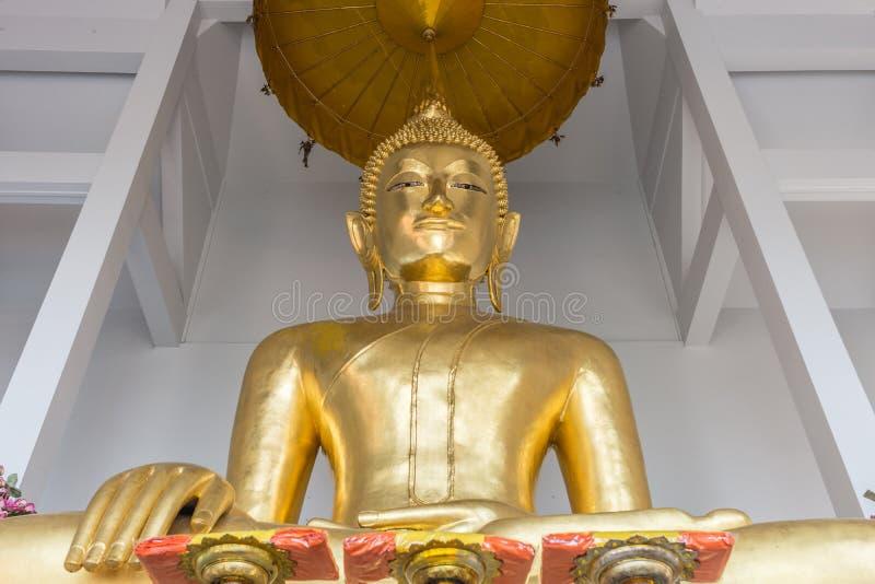 在Wat Saket,曼谷泰国里面的一个庄严菩萨雕象 免版税库存图片