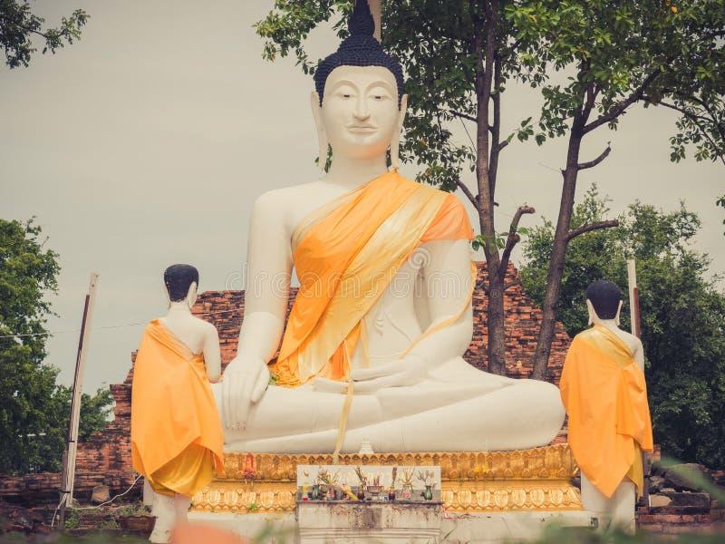 在Wat Samanakotaram的室外大白色菩萨雕象在Ayutthay 免版税库存照片