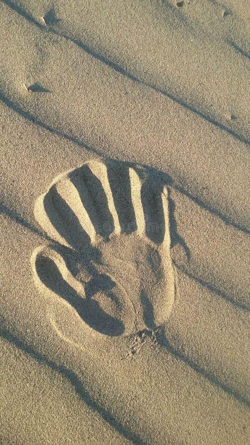 在wavey沙子的手印刷品在沙漠 库存照片
