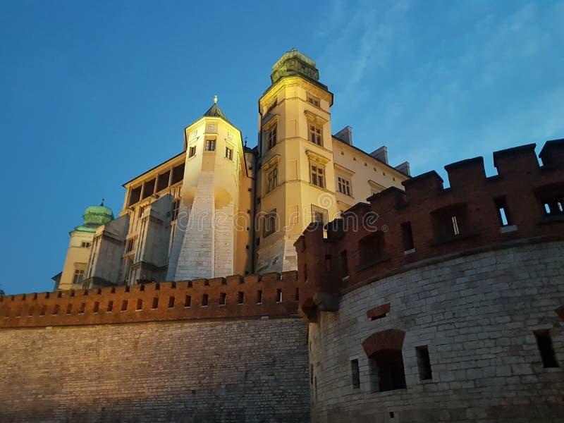 在Wawel城堡的夜 城堡的墙壁和塔 抽象例证闪电夜空 免版税图库摄影