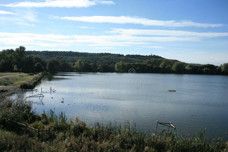 在Westport湖上的秋天蓝天 库存照片