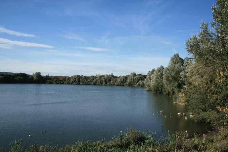 在Westport湖上的秋天蓝天 免版税库存图片