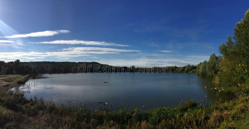 在Westport湖上的秋天蓝天 免版税图库摄影
