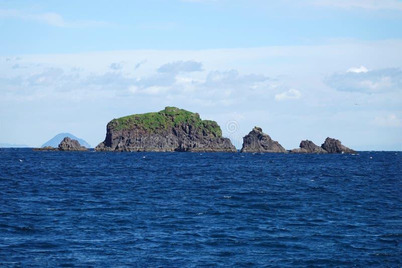 在Whakaari或白岛旁边的岩石在新西兰 免版税库存图片