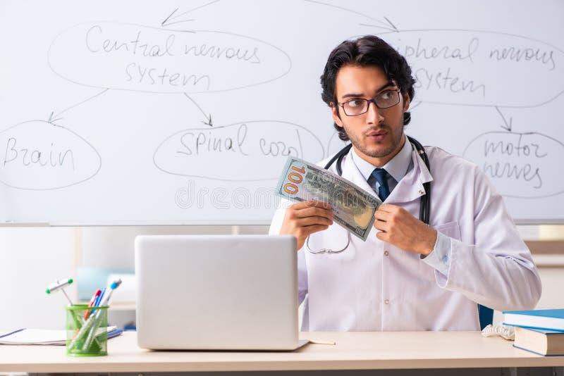 在whiteboard前面的年轻男性医生神经学家 库存图片
