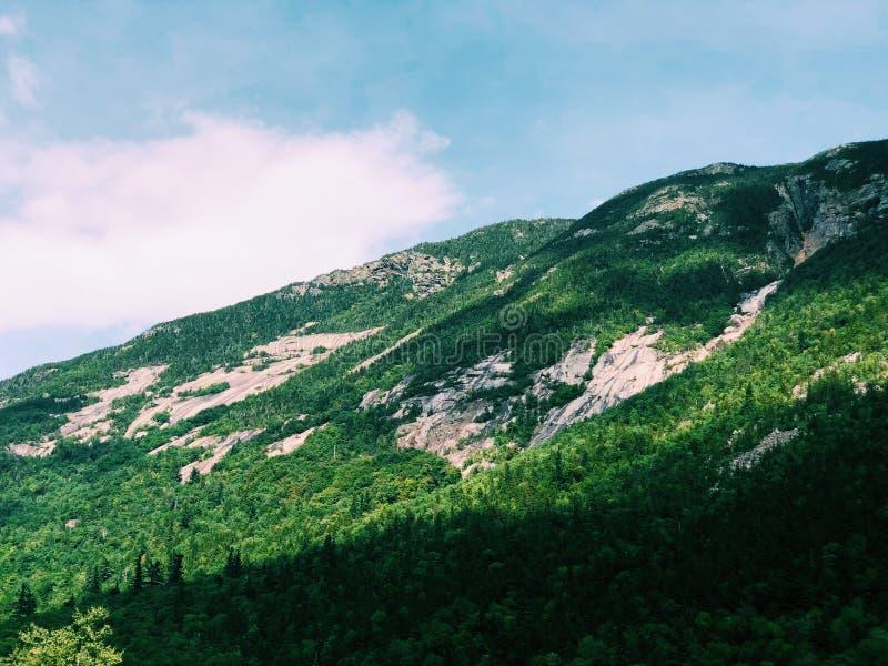 在Willey池塘附近的山 库存照片