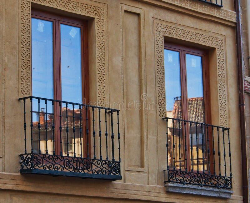 在Windows,历史的塞戈维亚,西班牙的反射 库存照片