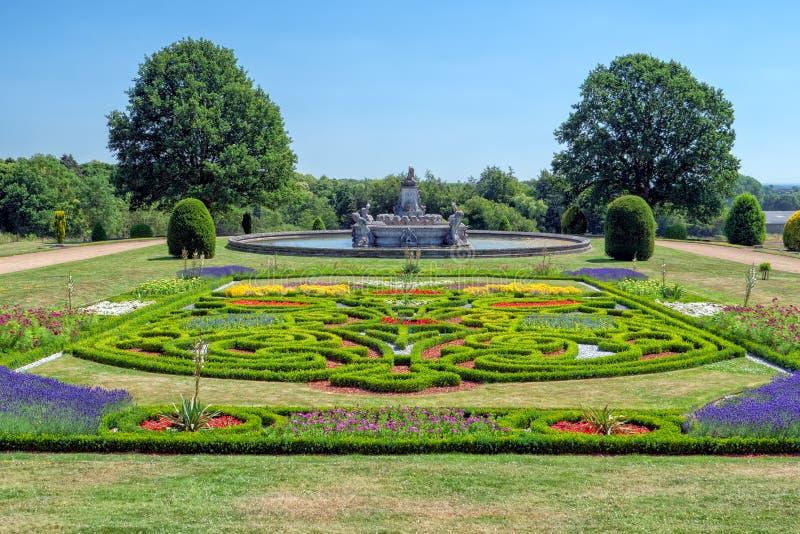 在Witley法院,渥斯特夏,英国的庭院和植物群喷泉 库存照片