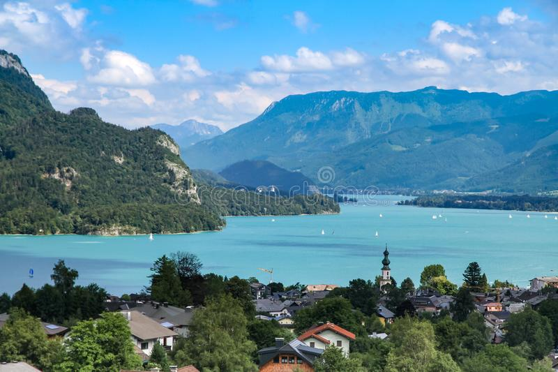 在Wolfgangsee湖的风景风景视图在萨尔茨卡默古特,从高有利位置的奥地利 免版税库存图片