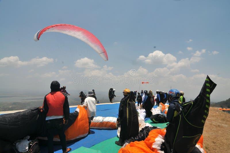 在wonogiri,印度尼西亚的滑翔伞竞争 库存照片