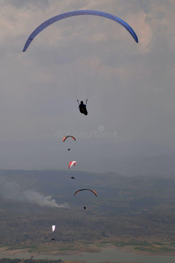 在wonogiri,印度尼西亚的滑翔伞竞争 免版税库存照片