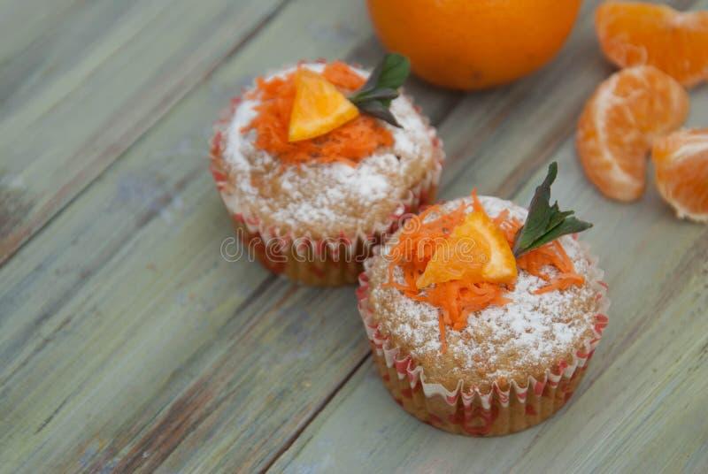 在WoodenRustic的红萝卜健康松饼杯形蛋糕小圆面包上 是可能食物自创饼 库存图片