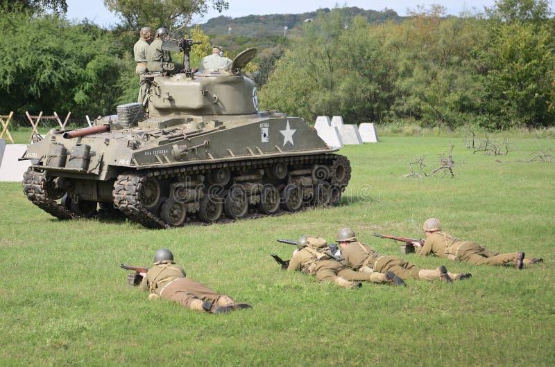 在WWII的历史再制定的谢尔曼坦克 图库摄影
