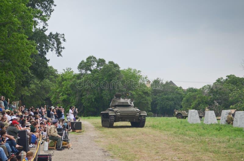 在WWII的历史再制定的谢尔曼坦克 免版税库存图片