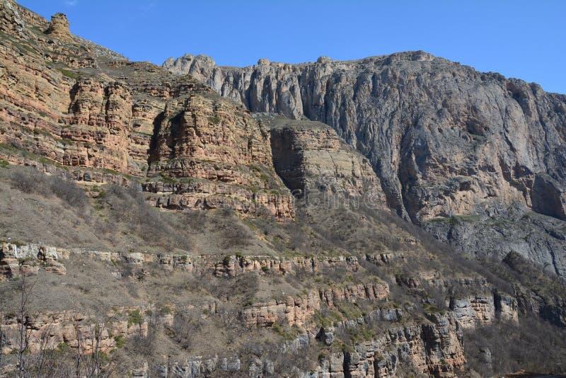 在Xinaliq高加索阿塞拜疆附近的Cloudcatcher峡谷 库存图片