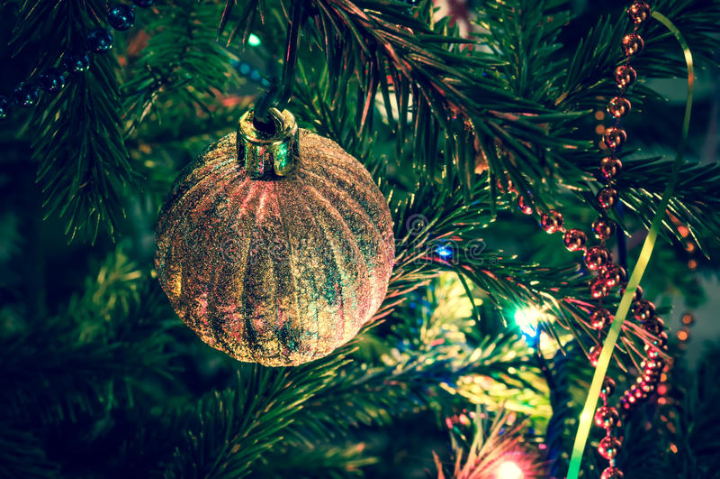 在xmas树的美丽的圣诞节球 免版税库存照片