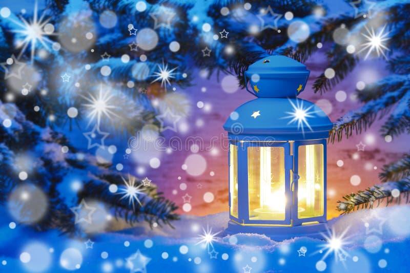 在xmas的浪漫灯笼与降雪 免版税库存照片