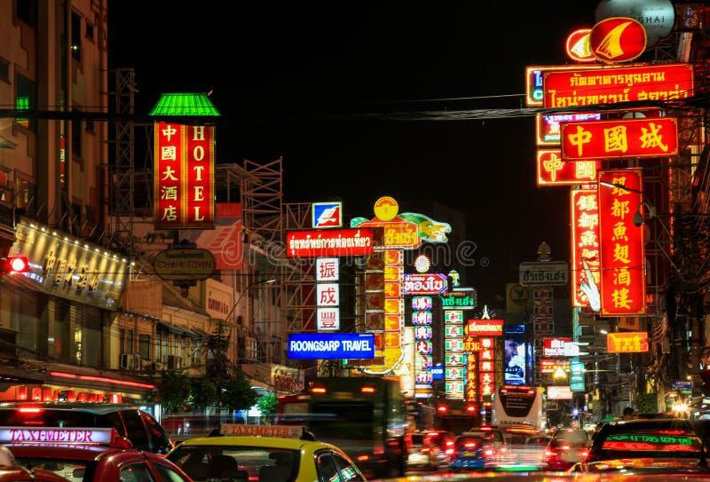 在Yaowarat路的夜,中国镇曼谷大街  免版税库存图片
