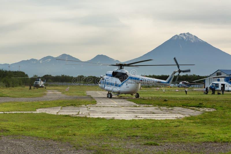 在Yelizovo镇和Avachinskaya小组的停机坪火山 免版税库存图片