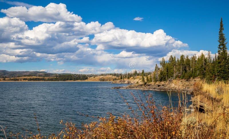 在Yellowstone湖岸的秋天天  图库摄影